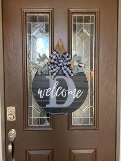 Wood Front Doors, Front Door Decor, Wreaths For Front Door, Door Wreaths, Front Porch, Fall Craft Fairs, Welcome Signs Front Door, Wooden Door Signs, Hanger Crafts