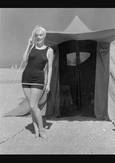 "30 Candid Photographs of Marilyn Monroe in Black Swimsuit From the 1959 Movie ""Some Like It Hot"" Beach Scene ~ vintage everyday Marilyn Monroe Photos, Marylin Monroe, Cinema Tv, Some Like It Hot, Hot Beach, Star Wars, Norma Jeane, Vintage Hollywood, Hollywood Beach"