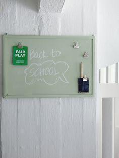 VANHAN KORKKITAULUN UUDISTUS / DIY by Projekti Verkaranta. Taulu on uudistettu Liitu-maalilla. #tikkurila #liitu #liitutaulu #kidsroom #lastenhuone