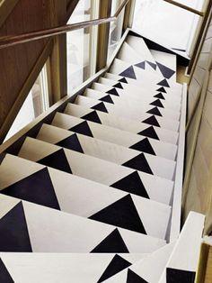 escaliers en bois repeints avec motifs noir et blanc