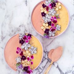 Feeling like peach & mango. ✨ Sending you lotz of sweet love with my flower bowls! Have been deeply attracted by yellow tones lately. So this is now my smoothie painting with the colors of my current season. Just arrived to the Northern Finland at my parents. Sooooo much snow here, the sun is shining and gonna be eating my mom's food for the whole weekend. Much needed break, I can tell you.✌ You guys, have a smooth Friday! #vanelja #dreambowl