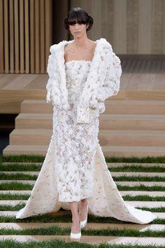 Les robes de mariée haute couture de la Fashion Week à Paris printemps-été 2016 Chanel http://www.vogue.fr/mariage/tendances/diaporama/les-robes-de-marie-haute-couture-de-la-fashion-week-paris-printemps-t-2016/25111#les-robes-de-marie-haute-couture-de-la-fashion-week-paris-printemps-t-2016-4