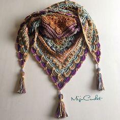 Prachtig mooie driehoekshaal gemaakt door Mijo Crochet. Het patroon van deze sjaal is gratis en ook in het Nederlands beschikbaar.