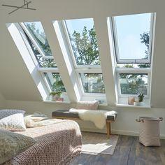 Gemütliches Schlafzimmer Mit Viel Tageslicht Und Frische Luft Dank VELUX  Fenstern!