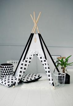 Tipi d'indien Tipi Wigwam Petite croix : Jeux, jouets par handmade-of-passion Kids Play Teepee, Childrens Teepee, Indoor Playhouse, Kid Playhouse, Wooden Playhouse, Modern Kids, Kids Store, Kidsroom, Play Houses