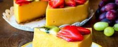 Nyt saa sähkövatkain lepovuoron, sillä tämä pirteä vitamiinipommi pyöräytetään blenderillä tai sauvasekoittimella! Smoothie-kakku on sitä mitä nimi lupaa: klassisia smoothie-aineksia kakuksi hyydytettynä. Raikkautta löytyy, mutta kaloreissa on pihistelty. Tuhti annos marjoja ja hedelmiä tuo tuulahduksen kesää talven keskelle. Mansikoiden ja banaanin tilalla voit käyttää mitä tahansa marjoja ja hedelmiä. Tee oma