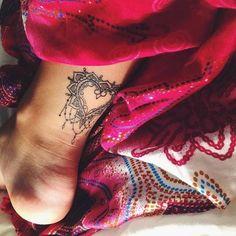 Soyez inspirée avec ce tatoo : Photo tattoo feminin coeur mandala bas arriere jambe. Retrouvez tous les modèles, significations de motifs sur tatouagefemme.eu