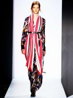 Dorothee Schumacher auf der Fashion Week Berlin. Gürtel überm Maxikleid und Schal.