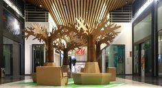 Diseño de la nueva zona de descanso pop up para el centro comercial Islazul de Madrid, compuesta por árboles y bancos diseñados y producidos en cartón.