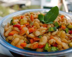 Ingredientes 1/2 kg de feijão branco 1 abobrinha 1 cenoura 1/2 cebola média 1 dente de alho 1/2 pimentão vermelho 1/2 pimentão amarelo 4 colheres (sopa) de shoyu 2 colheres (sopa) de óleo Folhas de…