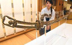藤原家が春日大社(奈良市)に奉納した国宝「金地螺鈿毛抜形太刀(きんじらでんけぬきがたたち)」(平安時代、長さ96.3センチ)の金具が、純金に近い「金無垢(むく)」と分かったと春日大社が26日、発表した。約900年経ても輝きを失わない太刀として知られ、古代の太刀で金具が金無垢と確認されたのは初めてという。