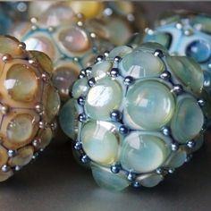 Glassbeads Glass Beads Dots Perlen Perlendrehen Steine Perlenwickeln Glass Bead Crafts, Glass Art, Glass Beads, Creation Crafts, Beads Pictures, Baubles And Beads, Beading Techniques, Bead Loom Patterns, Handmade Beads