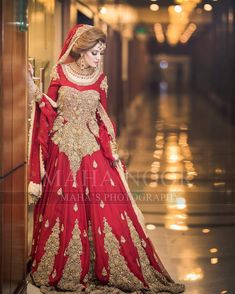 На данном изображении может находиться: 1 человек, стоит Bridal Mehndi Dresses, Bridal Dress Design, Bridal Lehenga, Bridal Style, Walima Dress, Pakistani Formal Dresses, Pakistani Wedding Dresses, Pakistani Suits, Punjabi Suits