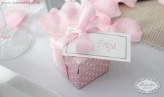 Bryllups lyserød favor æske med hvide prikker og lyserød satinbånd - favour boks til barnedåb for pige. Lyserøde rosenblade og favoræske som bordkort. Favour box pink with white dots.