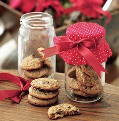 Com um tecido estampado, os potes com cookies ganham um charme a mais e podem ser levados para casa pelos convidados do chá