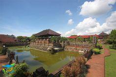 Taman Kerta Gosa secara keseluruhan dimana Bale Kambang yang terletak di tengah kolam menjadi titik pusatnya. Bali, River, Mansions, House Styles, Outdoor, Home Decor, Outdoors, Decoration Home, Room Decor