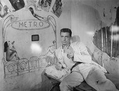 """Yves Montand, sur le tournage de """"Le Salaire de la peur"""" (film de Henri-Georges Clouzot, 1952], Sam Lévin Charenton-le-Pont, Médiathèque de l'Architecture et du Patrimoine"""
