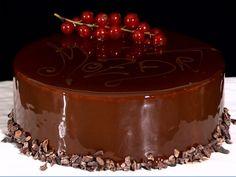 Meno conosciuta della torta Sacher, anche la torta Mozart ha origini austriache ed è un dolce molto amato dagli austriaci. La torta Mozart è una ricetta piuttosto articolata, poiché si compone di diversi strati e preparazioni, come ad esempio la mousse al cioccolato, la bavarese al pistacchio, il bisquit al cacao e la base semifreddo.…