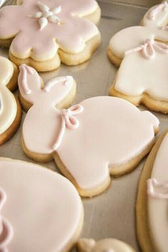 Trees are in bloom, flowers are beginning to make an appearance and I'm in the mood for baking! So, today I thought I'd share with you 25 beautiful Easter dessert recipes I have gathered for. Iced Cookies, Easter Cookies, Easter Treats, Cookies Et Biscuits, Sugar Cookies, Easter Food, Easter Party, Iced Biscuits, Easter Recipes