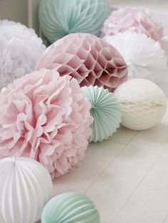 These pom poms are classic Marleny! For your baby shower party, decorate the floor with paper decorations such as accordion lanterns, honeycomb lanterns and tissue paper pom poms Fiesta Baby Shower, Baby Shower Parties, Shower Party, Bridal Shower, Baby Party, Pastell Party, Wedding Pom Poms, Deco Floral, Décor Boho