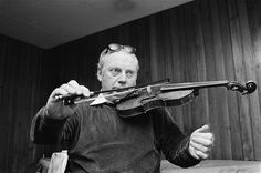 Isaac Stern playing with one hand in 1979