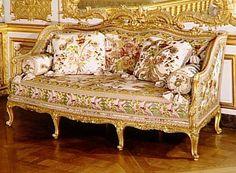 Canapé à joues pleines en bois culpté et doré, 1771, Foliot Nicolas-Quinibert (1706-1776), menuisier Réunion des Musées Nationaux-Grand Palais - chambre de la Reine à Versailles