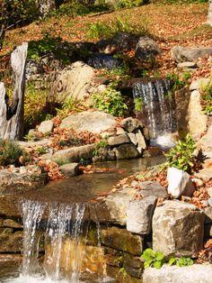 Double cascade pour ce petit cours d'eau. Le travail a principalement demandé de trouver de longue roche plate pour donner cette impression de double cascade. Un projet d'aménagement paysager signé Maxhorti au Québec. #Landscaping