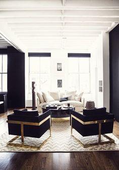 Nero, oro e bianco - Oro e nero per arredare un salotto accogliente dal gusto ricercato.