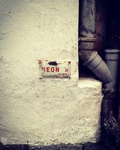 Artist: Henrik Elkjær / Neon's tilslutningssteder findes! #livetskunst #foto #vejle #pågaden