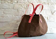 sac hobo en toile enduite et cuir, beeswaxed canvas bag, waxed canvas hobo. Brown waxed canvas and coral leather bag.