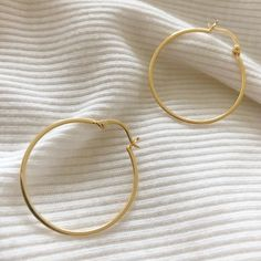 Regal elegance meets the understated charm of minimalism. Add a classy finishing touch to your outfit with these gold plated hoop earrings. Gold Vermeil Bellaboho Gift Box and Pouch Included Included Dainty Jewelry, I Love Jewelry, Boho Jewelry, Jewelry Gifts, Everyday Fashion, 18k Gold, Silver Earrings, Hoop, Jewels