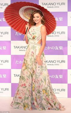 Miranda Kerr attends the Takano Yuri Aesthetic Clinic anniversary press conference at the Mandarin Oriental Hotel on July 2017 in Tokyo, Japan. Miranda Kerr 2016, Style Miranda Kerr, Fashion Models, Fashion Outfits, 70s Fashion, Fashion Trends, Womens Fashion, Floral Frocks, Beauty Clinic