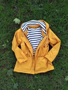A yellow fisherman's jacket was on my want-list for a long time! I never thought of sewing one myself, but when I found Papercut's Waver jacket, I had to try one. (Also because a nice RTW one costs like a gazillion dollars)For the fabric I went shopping in Brussels, and found this beautiful...