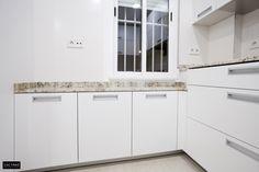 Reforma de cocina de 15 m2 en Playa de San Juan. Amplia, luminosa de lineas rectas. Blanco, inox con el toque cálido del granito envejecido en tonos tierra. #cocinas #estilo #calidad #diseño #reformas  #muebles de cocina #cocinas modernas #cocinas en alicante #reforma de interiores #reforma
