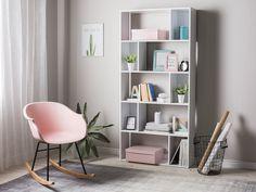 Das ausgefallene Bücherregal in Weiß eignet sich als praktischer Stauraum für Ihre Bücher sowie als Ausstellungsfläche für schöne Deko-Elemente, und es ist dank seiner offenen Struktur auch hervorragend als Raumteiler zu nutzen. Die versetzte Anordnung der größeren, offenen und kleineren, geschlossenen Fächer verleihen dem robusten Regal einen spielerischen Effekt und eine dynamische Ausstrahlung. Modern Bookshelf, Bookshelf Design, Bookshelves, Bookcase, Outdoor Baths, Cosy Corner, Home Trends, Scandinavian Interior, Furniture Deals