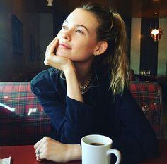 Behati Prinsloo au naturel sans maquillage sur Instagram coffee time