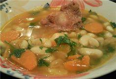 Половина бычьего хвоста,порезаный на куски (на большую кастрюлю супа) 500 гр. белой фасоли (замоченой накануне в воде) 2 головки репчатого лука корень петрушки корень сельдерея пучок кинзы (я не добавляла,дети не любят) пучок петрушки чеснок(я люблю много,5-6 зубчиков) 2-3 моркови 3-4 помидора натертые без шкурки(я не ошпариваю,и не снимаю кожу,а просто держу рукой и натираю на терке.Шкура остается в руке. хавадж, или куркума и кумин(камон) по вкусу черный перец,соль по вкусу
