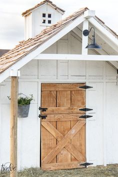 Check out this amazing simple and stylish white and rustic goat house! Looking for goat shed ideas? Check out this great little lovely goat barn! Outdoor Pallet Projects, Backyard Projects, Shed Design, House Design, Roof Design, Garden Design, Goat Shed, Goat Shelter, Goat House