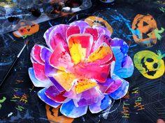 des-fleurs-d-assiette-en-papier-couvertes-de-peinture-plusiuers-couleurs-pour-décorer-une-fleur-multicolores-activité-manuelle-printemps