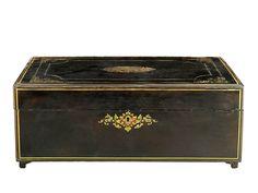 GRAN CAJA NAPOLEÓN III. C. 1870 En madera ebonizada con boulle de incrustaciones de latón, nácar y carey en decoración vegetal en tapa y cerradura.Medidas: 54 x 35,5 x 21 cm.