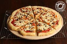 Vegan pizza and the secret to an ultra crispy crust!   alimentageuse.com   #vegan #Daiya #pizza