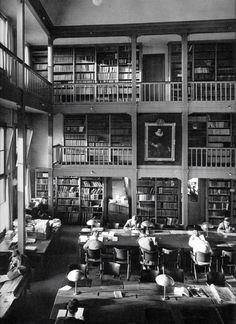 Bibliotheek van de Nederlandse Economische Hogeschool (NEH) aan de Pieter de Hoochweg. Tegenwoordig zit hier de Theaterschool in. De foto is gemaakt door Cas Oorthuys.