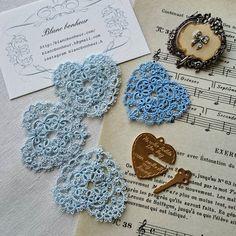 最後の糸  廃番になったDMCのブルーの糸で、リングピローのレースを製作中。現在の濃いブルーの糸(pic右)も好きですが、淡いブルーは何とも言えない柔らかな印象で…大切な糸でした!ステキな方のところに届いて欲しいレースです。  #ブランボヌール#blancbonheur#タティングレース#tattinglace #frivolite#オーダーメイドレース#ordermadelace #ウエディング#wedding#サムシングブルー#somethingblue