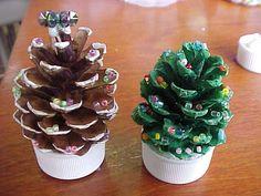 松ぼっくりツリー Pine Cone Decorations, Felt Christmas Decorations, Christmas Crafts For Kids, Diy Christmas Ornaments, Christmas Art, Christmas Holidays, Pine Cone Christmas Tree, Pallet Christmas Tree, Pallet Tree
