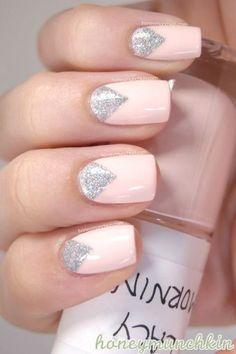 Manicure con rosa pastel y glitter plateado.