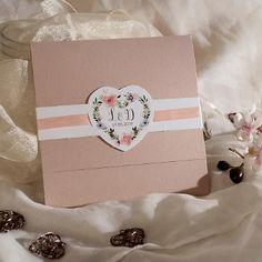 Ihr Heiraten in den Bergen? Dann ist diese Einladungskarte die perfekte Ergänzung für Eure Hochzeit! Kleine und große Blumen Blüten ziehen sich über alle drei Einsteckkarten der Apricot farbenen Hochzeitseinladung. Bestellt jetzt Eure Musterkarte! #hochzeitseinladung #einladungskarte #hochzeitsplanung #hochzeitstrends #hochzeitskarte Boho Wedding, Rustic Wedding, Apricot Wedding, Bergen, Place Cards, Wedding Invitations, Gift Wrapping, Place Card Holders, Natural