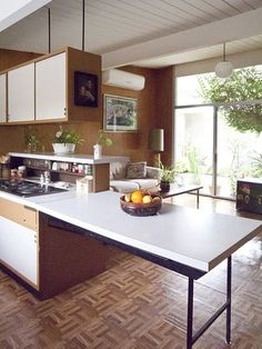 Eichler kitchen with extendable counter space/table Kitchen Bar Counter, 70s Kitchen, Kitchen Dining, Counter Space, Open Kitchen, Kitchen Island, Retro Interior Design, Modern Interior, Mid Century Decor