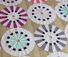 Geta's Quilting Studio: A New Dresden Fan Quilt Dresden Plate Patterns, Quilt Block Patterns, Quilt Blocks, Dresden Plate Quilts, Quilt Studio, Circle Quilts, Landscape Quilts, Foundation Paper Piecing, Scrappy Quilts