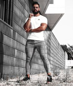 Skinny-Fit Jeans & Trousers are crafted with absolute precision to give you a perfect fit. You will not find jeans so comfortable and tight around the ankle in any other place. Unisex Clothes, Unisex Outfits, Neutral Outfit, Neutral Style, Lgbt Couples, Ripped Skinny Jeans, Unisex Fashion, Fashion Models, Men Fashion
