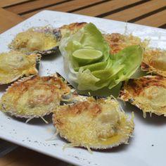 Conchitas a la Parmesana: Conchas de abanico frescas  cubiertas con hilos de queso parmesano y llevadas al horno a gratinar. Ideal para compartir.